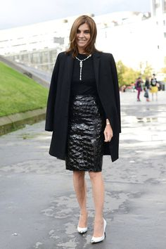 The Paris Street Style Stars To Watch - Best Dressed French Women / carine rothfield / look / all black outfit / white shoes / chic women Black Pencil Skirt Outfit, Black Skirt Outfits, Pencil Skirt Outfits, Pencil Skirts, Dress Outfits, Pencil Dresses, Casual Outfits, Fashion Week Paris, Street Fashion