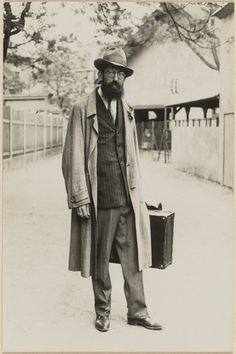 [Carnival magician (Jahrmarkt-Zauberer)]; August Sander (German, 1876 - 1964); about 1925 - 1930; Gelatin silver print; 17.8 x 11.7 cm (7 x 4 5/8 in.); 84.XM.126.330; Copyright: © J. Paul Getty Trust