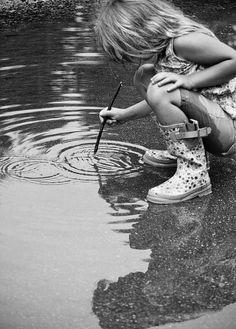 rain puddle Esas ondas en el charco.  Esa luz reflejada. La edición en blanco y negro  que transporta a un día de lluvia. El momento de evasión de la pequeña.
