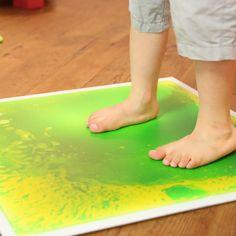 Lorsqu'on pose un pied dessus, le gel coloré bouge et vient épouser son contour. Absolument fascinant ! Elles s'intègrent à tous les parcours moteurs, apportant une stimulation sensorielle et agissant comme un motivateur. Très fines et résistantes, elles sont presque à ras le sol. Vendue à l'unité. 4 couleurs au choix. Dim. 50 x 50 cm. Dès 3 ans.