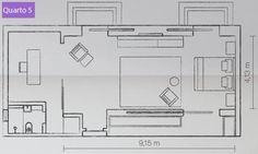 """Quarto 5 – planta. """"O apartamento tem quatro suítes. Que tal integrar três delas?"""", sugeriu o escritor paulista. A arquiteta Tania Eustáquio deu, então, à generosa suíte máster um estar íntimo e um escritório, onde o morador tem conforto para criar e trabalhar. A base limpa da decoração traz piso de madeira ebanizado e prateleiras de mármore, que sugerem racionalidade, reflexo do modo de vida do proprietário. Por isso mesmo, poucos móveis se apresentam."""