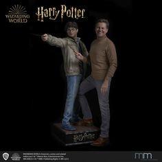 Die weltweit einzigartige, lebensgroße Harry Potter Figur wurde nach originalen Bildvorlagen der Filme erstellt und detailgetreu nachmodelliert. Life Size Statues, Movie Posters, Character, Movie, Film Poster, Popcorn Posters, Film Posters, Posters, Lettering
