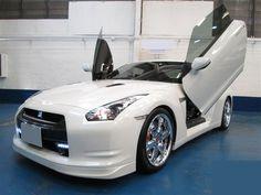 2009 Nissan GT-R White Pearl เครื่องยนต์ 6 สูบ V6 ชุดแต่งเยอะมาก ล้อแม็กขอบ 20 นิ้ว รถวิ่งน้อยเพียง 2x,xxx กม