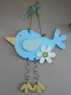 un oiseau bleu en carton, fleur en papier deco, pieds et bec jaune, idée activité créative de printemps, bricolage de paques