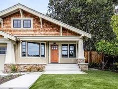 stucco hip roof home decorating ideas exterior craftsman with craftsman columns Craftsman Columns, Craftsman Porch, Craftsman Exterior, Craftsman Style, House Siding Options, Small Bungalow, Long House, Rustic Exterior, Stucco Homes