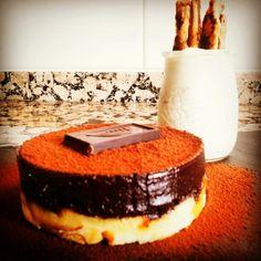 Tartita de bizcocho borracho de ron miel con naranja y peta zetas. Trufa de chocolate y naranja. Acompañamiento : mousse de naranja con palitos de hojaldre con canela y vainilla.