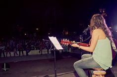 La dulce voz de Alba Maldonado acompañada de su guitarra.