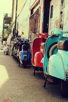 Vespa world ~ Italia Vintage Vespa, Vintage Cars, Vespa Retro, Pink Vespa, Retro Bikes, Vintage Italy, Vintage Travel, Scooters Vespa, Motos Vespa