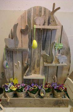 'Pronk ei' met lente figuren gezaagd uit pallet hout.