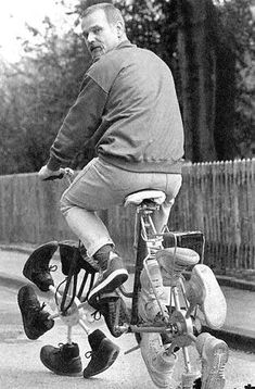 Funny Cycling Pictures show us that the wide world of cycling is broader than just the Tour de France and Lance Armstrong. People enjoy this sport on many sizes and styles of cycles. Pimp Your Bike, Recycled Shoes, Velo Design, Weird Inventions, Unusual Things, Cool Bikes, Funny Pictures, Amazing Pictures, Funny Pics