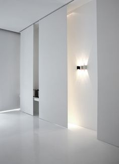 Beleuchtung - Sensitive lighting design in a minimalist white space _