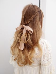 Braided hairstyles are pretty trendy these days. These Braided hairstyles are made by interlacing multiple strands of hair to form a length. My Hairstyle, Pretty Hairstyles, Braided Hairstyles, Wedding Hairstyles, Hairstyle Ideas, Hairstyles With Ribbon, Girly Hairstyles, Medium Hairstyle, Romantic Hairstyles
