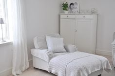 MARIAS VITA BO: Vardagsrum White Space, Nordic Style, White Houses, Decoration, Sweet Home, Shabby, Living Room, Simple, Bed