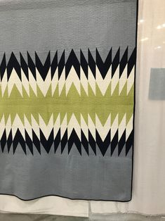 Sewing Quilts Wandered the vendor isles and didn't buy a single piece of fabric. Started to look at the quilts — ahd a bit of trouble finding Quilting Tutorials, Quilting Designs, Quilting Ideas, Contemporary Quilts, Textiles, Easy Quilts, Square Quilt, Quilt Blocks, Sewing Projects