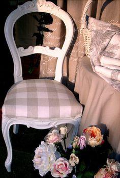 Sedia decapata e tappezzata  con tessuto in lino