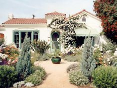 Spanish style house with drought tolerant landscape Spanish Landscaping, Landscaping With Rocks, Front Yard Landscaping, Modern Landscaping, Drought Resistant Landscaping, Drought Tolerant Landscape, Spanish Garden, Mediterranean Garden, Spanish Style Homes