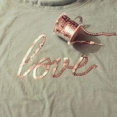 DIY your photo charms, compatible with Pandora bracelets. Make your gifts special. DIY: renueva tu camiseta con lentejuelas ¡A todo brillo Shirt Refashion, T Shirt Diy, Beaded Embroidery, Hand Embroidery, Sewing Hacks, Sewing Projects, Umgestaltete Shirts, Diy Clothing, Diy Fashion