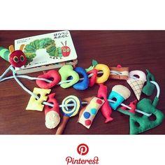 赤ちゃんの手作りおもちゃ11選|布や牛乳パック、100均材料での作り方 赤ちゃんの手作りおもちゃ11選|布や牛乳パック、100均材料での作り方 Felt Crafts Diy, Felt Diy, Handmade Felt, Caterpillar Toys, Hungry Caterpillar, Diy For Kids, Crafts For Kids, Toddler Gifts, Diy Toys