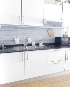 64 veces he visto estas estupendas cocinas negras. Small Apartment Design, Small Apartments, Kitchen Cabinet Design, Kitchen Cabinets, Decorating Small Spaces, Diy Kitchen, Kitchen Furniture, Home Kitchens, Countertops