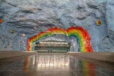 Metrostation Stadion... Wandle unter einem hellblauen Himmel, unter dem Regenbogen hindurch!