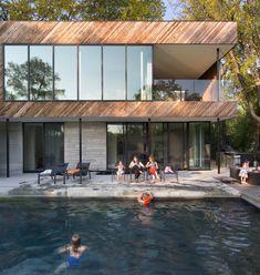 Une maison moderne de 370 m2, conçue par la société 1×1 Architecture basée à Winnipeg, a récemment été achevée le long de la Red River, adjacente à la propriété sur laquelle s'est tenu le club de canoë, histoire de la ville pendant plus d'un siècle. La conception de la maison, baptisée « Dunkirk Residence » par l'entreprise 1×1, est fortement influencée par l'emplacement de son terrain, en bordure de rivière. Juste à côté de la propriété se trouvait l'historique club de canoë de Winnipeg…