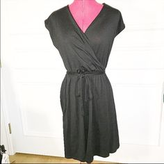 Uniqlo belted dress Comfy and chic Uniqlo dress with detachable belt Hits right at the knee Size S In perfect condition, only worn once  *bundle for savings!* UNIQLO Dresses Midi