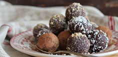 Choc Orange, Turmeric and Cinnamon Bliss Balls. These are the perfect snack! The chocolate and orange flavours with the hint of turmeric compliment each other well. Maria Chocolate, Chocolate Protein Balls, Healthy Chocolate, Decadent Chocolate, Chocolate Orange, Chocolate Butter, Chocolate Covered, Chocolate Espresso, Desert Recipes
