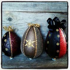 Kolme pääsiäismunaa tehty kankaista ja paljeteista.