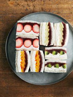 マスカルポーネクリームとこしあんのツートーンカラーに、フルーツの鮮やかな色と形が映える。 『ELLE gourmet(エル・グルメ)』はおしゃれで簡単なレシピが満載!
