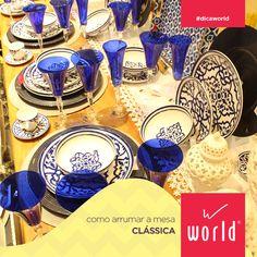 Uma mesa clássica é composta por louças de desenho tradicional, como esse lindo conjunto em branco e azul.