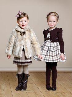 Elegante kleine Damen in Markenkleidung-Wintermode Trends 2014