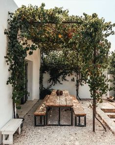 Pergola inspiration for outdoor seating areas Backyard Patio, Backyard Landscaping, Outdoor Dining, Outdoor Decor, Outdoor Seating, Rustic Outdoor Spaces, Patio Dining, Dining Table, Exterior Design