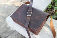 This is a mens casual cow leather messenger bag, use thick leather with Waxed thread making , the entire production design,Hand mined material, hand Thick Leather, Cow Leather, Mens Leather Satchel, Leather Bags, Laptop Bag, Hand Sewing, Messenger Bag, Electrical Equipment, Etsy
