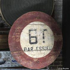 """Panneau de signalisation en bois peint. """"6T Par essieu"""". """"dans son jus"""". Très belle patine."""