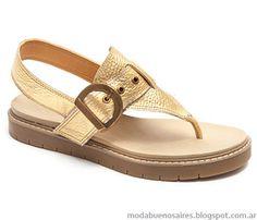 Moda sandalias bajas verano 2015 en tonos dorados.