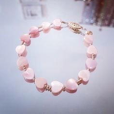 Bracelet tout en perles coeur en nacre rose.  Une pièce unique, imaginée et créée par Stéso Bijoux Genève. Retrouvez toutes les infos sur www.steso-bijoux.ch Bracelets, Unique, Jewelry, Fashion, Lens Flare, Mother Of Pearls, Everything, Jewerly, Moda