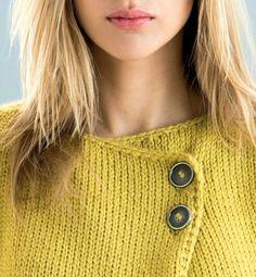 Mélange étonnant de point jersey bordé de point mousse, cette veste originale est fermée par deux boutons.    ...