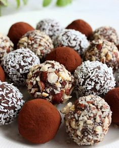 🍁Sunde romkugler med kikærter🍁 I går fik vi romkugler med sorte bønner, og børnene spiste dem med stor fornøjelse 👌I dag har jeg lavet min egen version med kikærter og hindbærmarmelade, og de smager skønt. Så kan det godt være, at jeg skal til at spise romkugler lidt oftere, når det også kan være sundt 😉 Ny opskrift på bloggen! #veganske #romkugler #madmedmedfølelse #sundsnack #kikærter #veganskebørn #veganerfamilie #plantebaseret #vegan #crueltyfree #healthy Healthy Candy, Healthy Sweets, Raw Food Recipes, Dessert Recipes, Raw Cake, Food Crush, Diabetic Desserts, Paleo Treats, Gluten Free Cakes