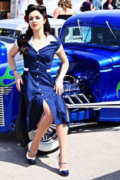 Rockabilly hair, dress/shoes are badass Rockabilly Mode, Rockabilly Fashion, Retro Fashion, Vintage Fashion, Car Girls, Pin Up Girls, Hot Rods, Pin Up Car, Pin Up Girl Vintage