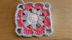 Gratis patroon Vintage Rose square met foto tutorial - Laura Haakt Crochet Hexagon Blanket, Granny Square Crochet Pattern, Crochet Granny, Crochet Motif, Crochet Flowers, Crochet Stitches, Free Crochet, Crochet Patterns, Flower Granny Square