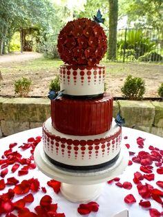 Red and white elegant wedding cake #redwhitewedding #weddingcake