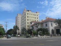 La ciudad de La Habana también es conocida con el nombre fundacional de Villa de San Cristóbal de La Habana y los sobrenombres LLave del Nuevo Mundo y Ciudad de las Columnas -por el escritor cubano Alejo Carpentier-.