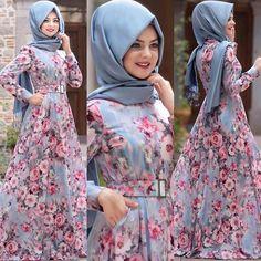 ☺️ Bayrama az kaldı diye böyle arka arkaya yayınlıyorum. Heyecandan uyuyamadım, fotoğrafçımı da uyutmadım ☺️ Tual Mavi Elbisemiz. İlk gördüğümde kumaşın desenine hayran olduğum. #pınarşems #tualsuluboyaelbise #tesettürelbise #hijab #hijabi #hijabfashion #new New Fashion Gown, Abaya Fashion, Muslim Fashion, Fashion Wear, Fashion Dresses, Stylish Dresses For Girls, Unique Dresses, Cute Dresses, Beautiful Dresses