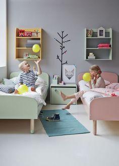 Дизайн детской комнаты для двоих детей: 70+ избранных идей и секреты создания гармоничной обстановки http://happymodern.ru/dizajn-detskoj-komnaty-dlya-dvoix-detej-foto/ Параллельное расположение кроватей в комнате разнополых детей