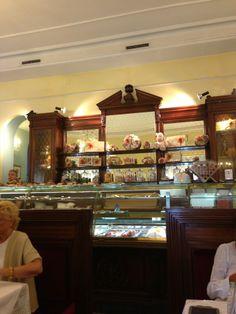 Biffi Кафе «Биффи» было открыто в конце XIX века Паоло Биффи, которому итальянцы обязаны рождественским сладким пирогом – панеттоне, рецепт которого бережно хранится в кафе с 1866 года. Традиционный итальянский завтрак состоит из эспрессо и круассана, который в Милане называют бриош в отличие от привычного римского корнетто. На выбор есть с заварным кремом, нутеллой, абрикосовым вареньем или без начинки. Вставайте непременно за массивную деревянную стойку бара. Ту самую, у которой в выходной…