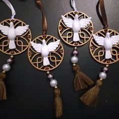 Pingentes de carro do Divino Espírito Santo! ❤🚘 #amorarte #pingentedecarro #divinoespiritosanto #miniadorno #artesanato #feitocomasmaoseo❤️
