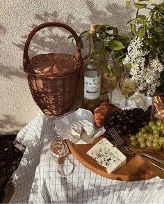 Spring Aesthetic, Beige Aesthetic, Aesthetic Food, Comida Picnic, Picnic Date, Italian Summer, Cakepops, Cute Food, Charcuterie