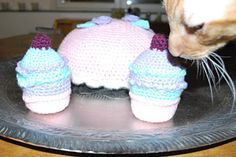 Crochet muffins and a cake.