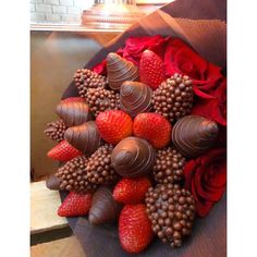 Chocolate Coverd Strawberries, Chocolate Covered Treats, Covered Strawberries, Edible Fruit Arrangements, Chocolate Flowers Bouquet, Red Chocolate, Valentines Day Cakes, Rainbow Food, Strawberry Dip