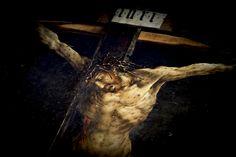 Diese Woche habe ich den Isenheimer Altar in Colmar gesehen. Das Foto zeigt die Kreuzigung. Was wäre, wenn auch wir heute diesem Bild des Leidens nicht als Zuschauer gegenüber treten würden, sondern als Leidende?